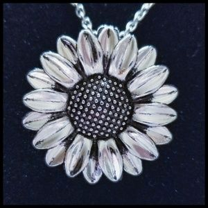 🆕️ Sunflower Necklace, 20 in' Silver, NIP🌻